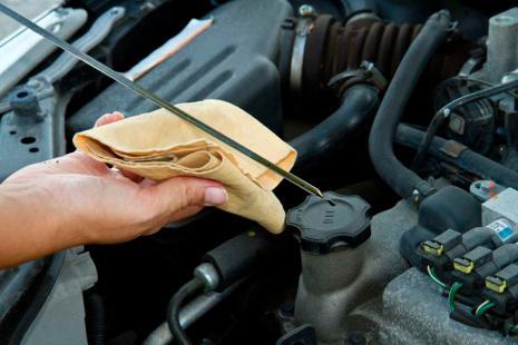 Cómo medir el nivel de aceite de un coche